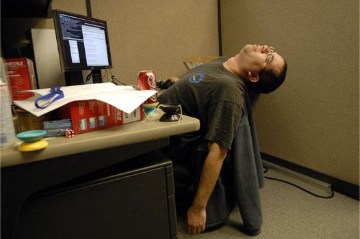 работник устал явно