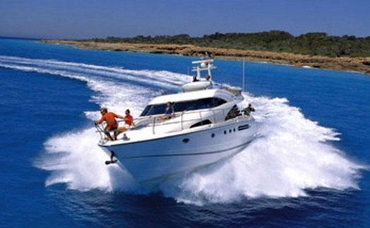 Яхта в море